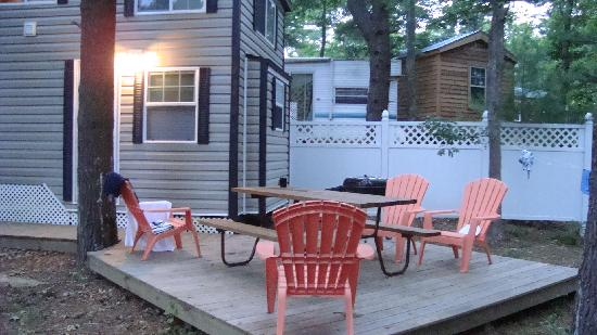 Cape Cod Campresort & Cabins : patio and grill area
