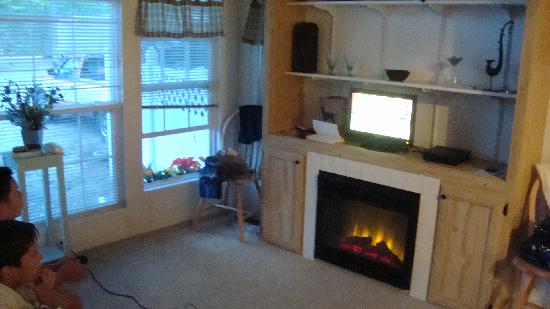 ‪‪Cape Cod Campresort & Cabins‬: living room with fire place soooo cozy‬