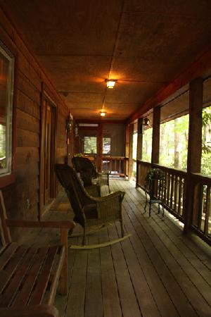 Laurelwood Inn: Public porch in front of the Deluxe Rooms