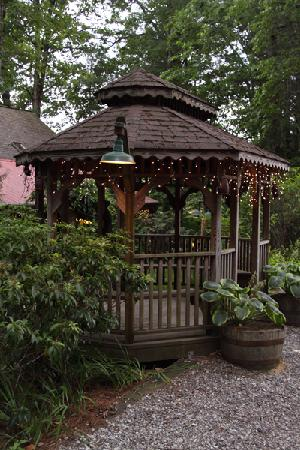 Laurelwood Inn: One of the landscaped gazebos at Laurelwood Mountain Inn