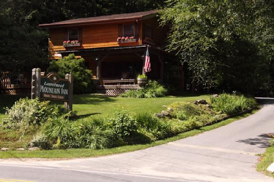 Laurelwood Inn: Entrance to the Laurelwood Mountain Inn