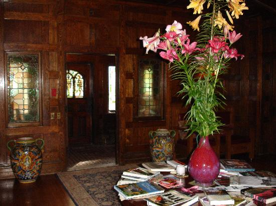 Tiger House: The Inn at Hudson: Flowers in the entryway