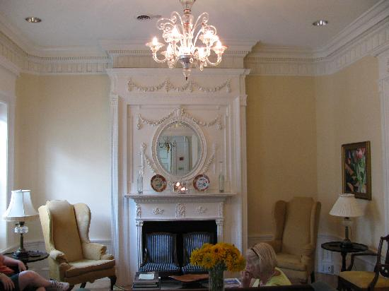Embassy Circle Guest House: Sitting Room