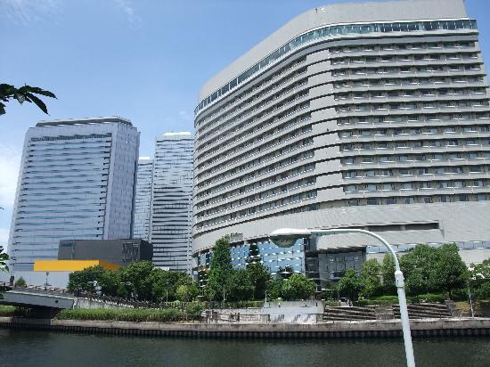 โรงแรมนิว โอตานิ โอซาก้า: The New Otani seen across from the river