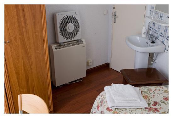 Hostal Castilla: single room - wardrobe & sink