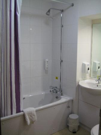 Premier Inn Silverstone: Very Clean bathroom