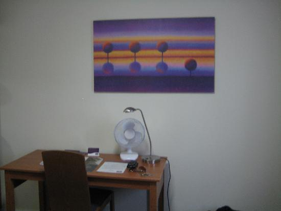 Premier Inn Silverstone: Desk area