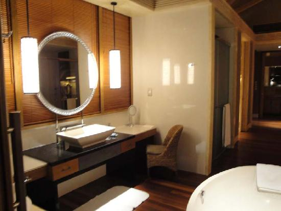 Shangri-La's Villingili Resort and Spa Maldives: Vanity area