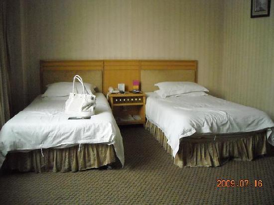 Yinbo Hotel: ベッドはごく普通のシングルサイズでした。