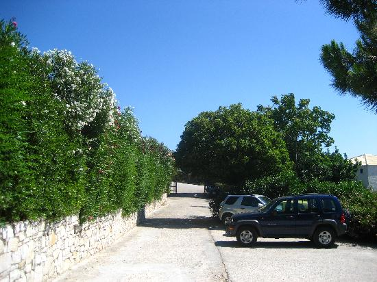 Agios Nikolaos Hotel: parking alley