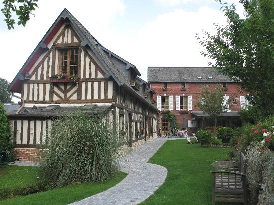 Auberge de la Source - Hôtel de Charme : Half-timbered farmhouse at the edge of the forest