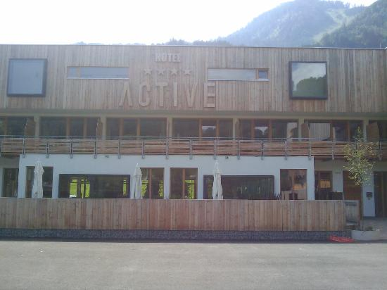 Active by Leitner's: Hotel-Front von Parkplatz aus