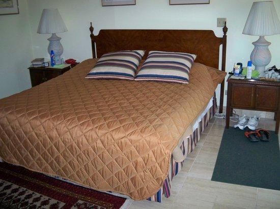 Fourways Inn: King size bed