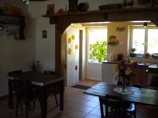 Auberge Lucas : la salle a manger commune tout équipée !
