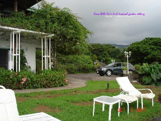 Belle Vue Kona B&B: driveway and front porch of Rose Suite