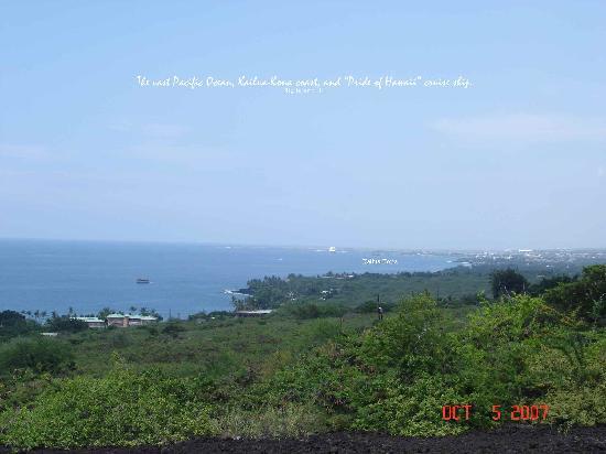 Belle Vue Kona B&B: Pacific Ocean & Kailua-Kona coastline w/ cruise ship