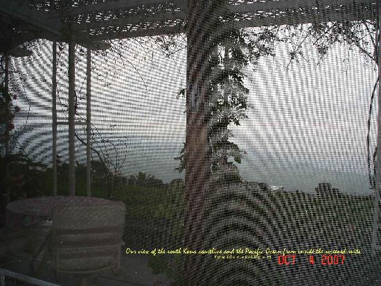 Belle Vue Kona B&B: view of south Kona coastline & Pacific Ocean inside screened porch