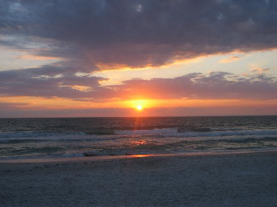 Holmes Beach, FL: Sunset on the beach