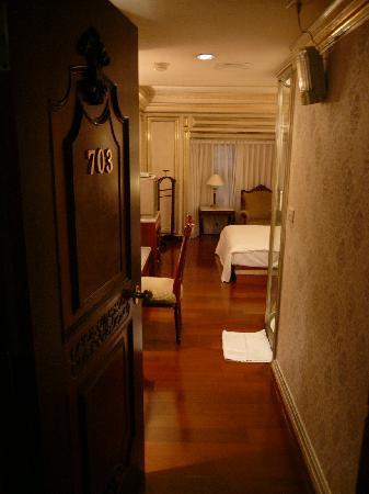 Erin Hotel: 入り口は狭いです