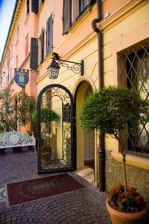 Hotel Porta San Mamolo: Doorway and street area