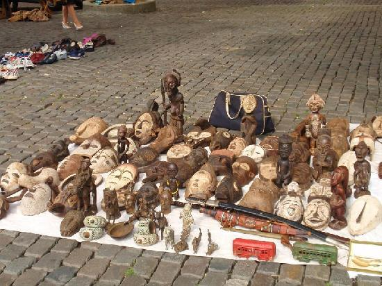 """Marché Aux Puces de Bruxelles : Place du Jeu de Balle, """"comptoir africain"""" :)"""
