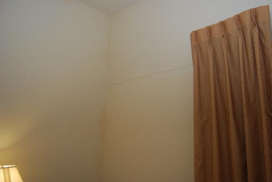 Fairfield Inn & Suites Cherokee : Crack in wall