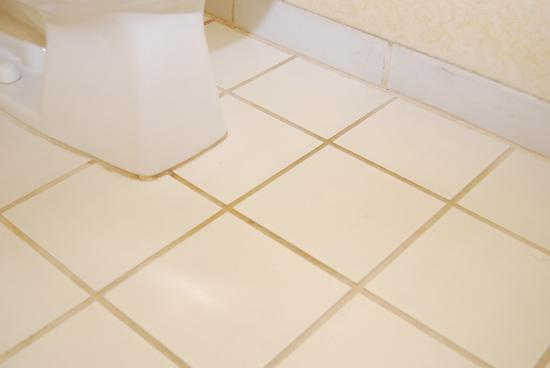 Fairfield Inn & Suites Cherokee: Multi-colored grout (supposed to be white)