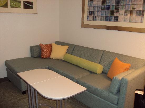SpringHill Suites by Marriott Orlando at SeaWorld: sala de habitacion con sofa cama