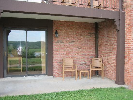 Ogle Haus Inn: patio room 121