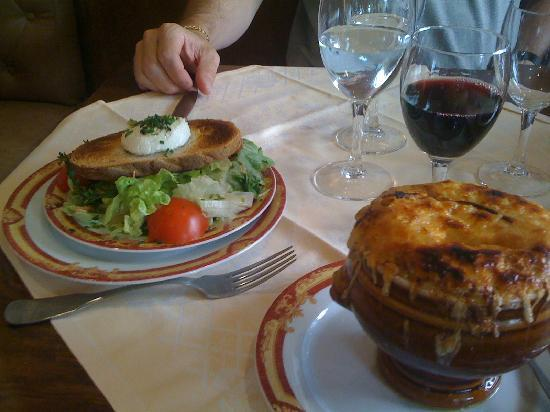 Le Durer : Onion soup and goat cheese salad