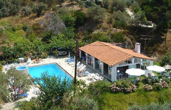 Filia Studios & Apartments: The pool and bar/restaurant area