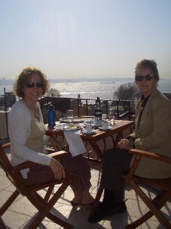 Osmanhan Hotel: Breakfast on the deck... so beautiful!