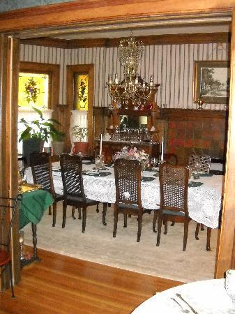 Brass Pineapple Inn: A elegant but cozy dining room