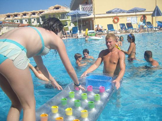 Tsilivi Beach Hotel: watch out for rhys in the pool