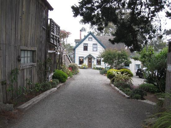 Alegria Oceanfront Inn and Cottages: The alley to the front door.