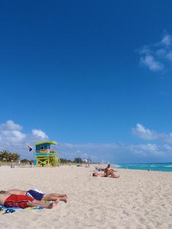Hawaii Hotel: 正面のビーチ