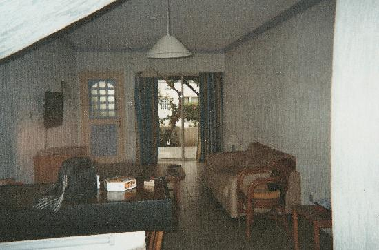 Paphos Gardens Holiday Resort: living room looking out on to front patio