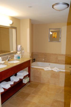 Hampton Inn Rutland/Killington: Suite Bathroom w/ jacuzzi, separate shower