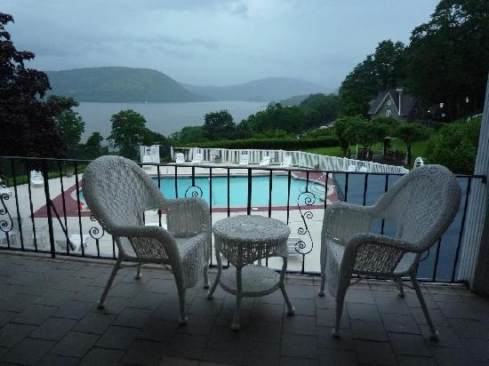 Peekskill, Nova York: View of Hudson and pool from outside our room