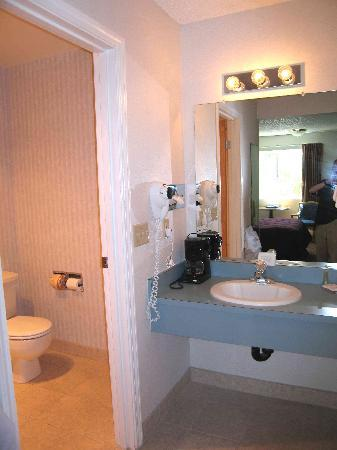 Quality Inn: Room 219 Bathroom area