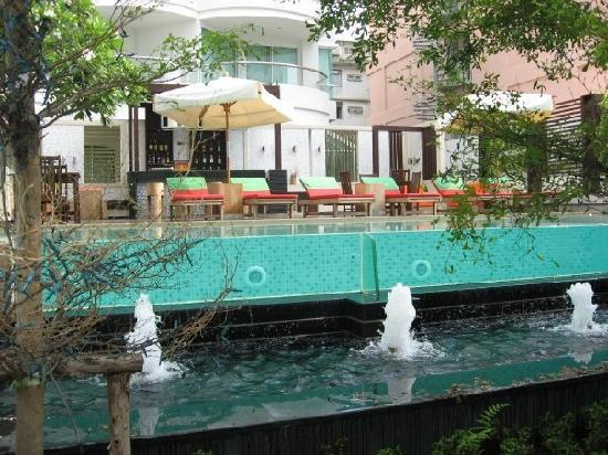 A-ONE Pattaya Beach Resort: See-through pool
