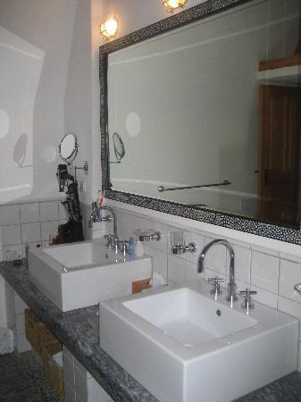 Melenos Lindos Hotel: sinks