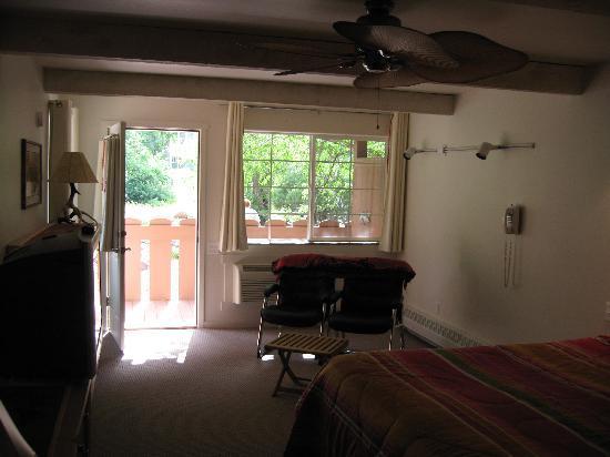 Hot Springs Inn: Blick aus dem Zimmer auf die Terasse