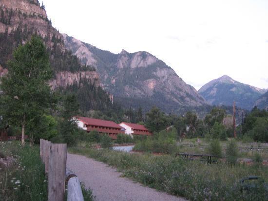 Hot Springs Inn: Blick auf das Hotel ein Stück flussabwärts