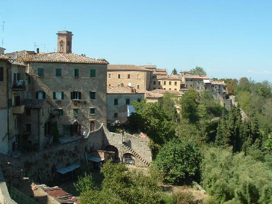 Hotel Villa Nencini: View from Volterra overlooking the walls and countryside
