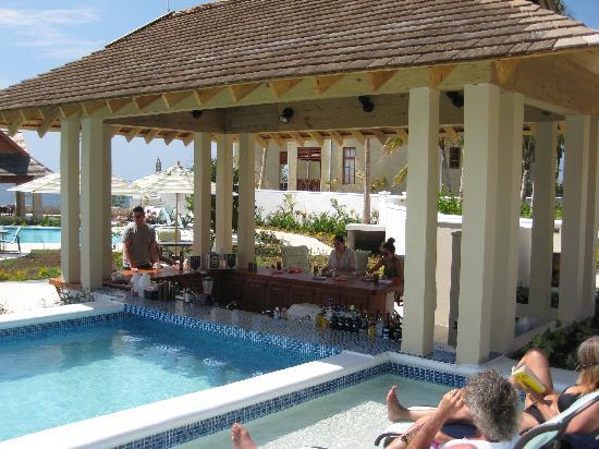 Moon Dance Cliffs: Swim-up bar with friendly and knowledgeable bartenders