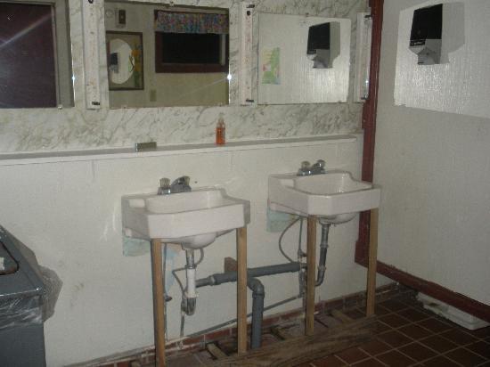Paradise Park Campground: Bathroom Sinks