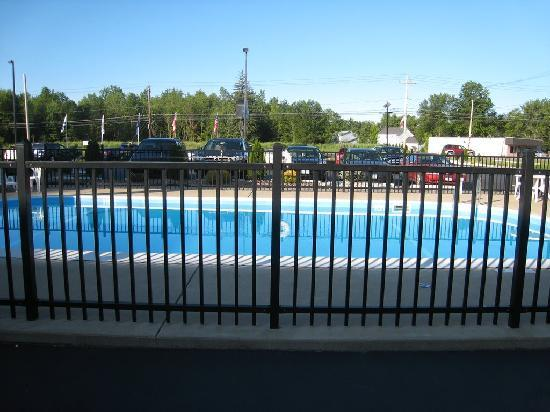 Days Inn & Suites Niagara Falls/Buffalo : Swimming Pool