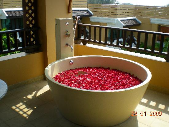 Amari Vogue Krabi: Outdoor Jacuzzi (room 4401) filled with roses...