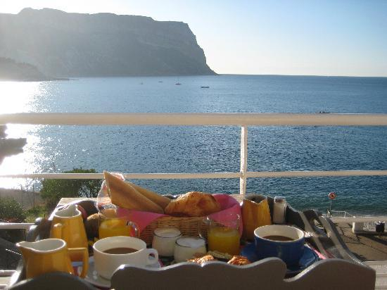 Hotel de la Plage Mahogany: Breakfast on Balcony